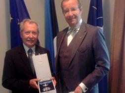 President-Ilves-andis-Poola-endisele-kaitseministrile-üle-Maarjamaa-Risti-teenetemärgi.jpg