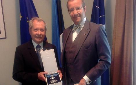 President Ilves andis Poola endisele kaitseministrile üle Maarjamaa Risti teenetemärgi