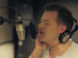 Kuressaarest-pärit-laulja-uue-laulu-video-pandi-kokku-Londonis.png