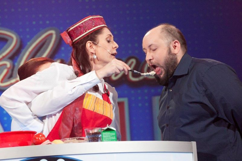 Ülle Lichtfeldt näitab TV3 lavasaates, kuidas tõeline naine kokkab