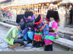 Meie-aasta-Hiinas-15.03-Rõõmsad-Yi-naised.jpg