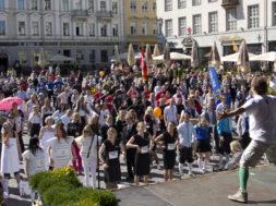 HEATEGEVUSLIK-JOOKS-Rat-Race-2015-toob-publiku-ette-eurolauliku-Stig-Rästa.jpg