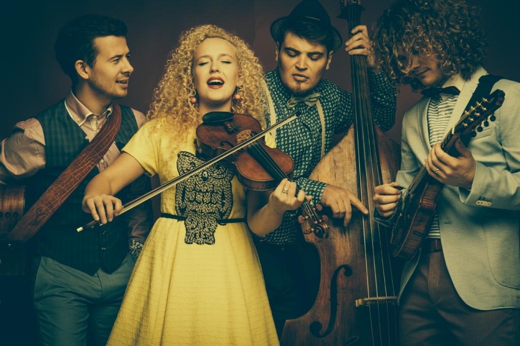 """EKSKLUSIIVNE KONTSERT HOMME! Curly Strings salvestab homme muusikavideo loole """"Kauges külas"""""""