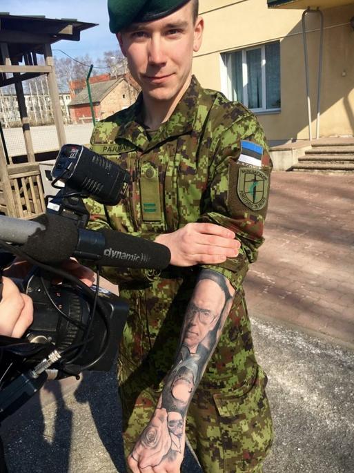 VIDEO! TA OLI MEES, KES SEISIS EESTI EEST! Noor patrioot lasi Lennart Meri portree käele tatoveerida
