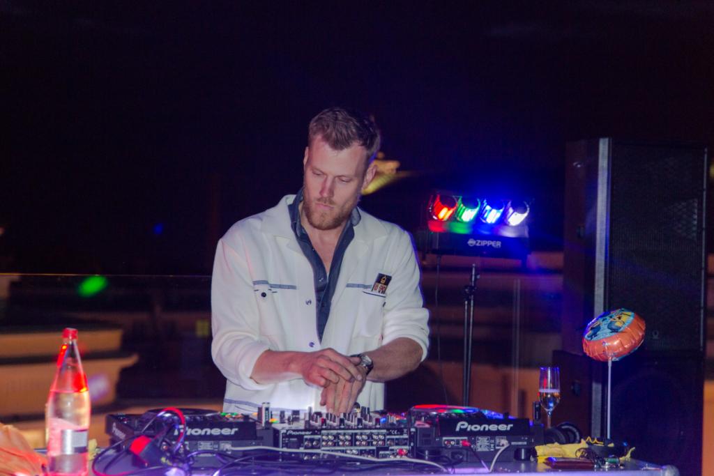 Mitmekülgse kunstniku ja muusikuna tuntud DJ Martin Saar keerutab nädalavahetusel plaate Club Studios