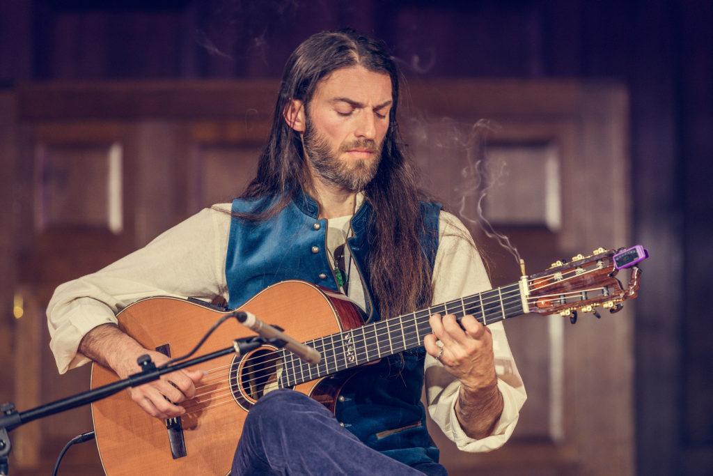 Maailma kitarrivirtuoos Estas Tonne esineb Tallinnas koos Pepe Danza ja Dimitri Artemenkoga