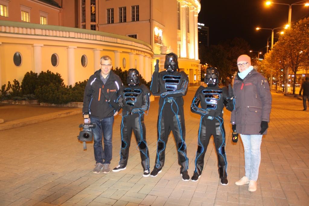 Video ja fotod! Tallinna Kesklinnas ilmusid tänavatele neoonvalguses kumavad robotid