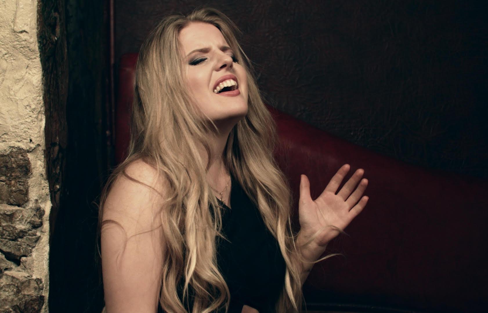 """Lauljatar Maria Volmer esitleb pianobaaris """"Bart"""" oma uut muusikavideot"""