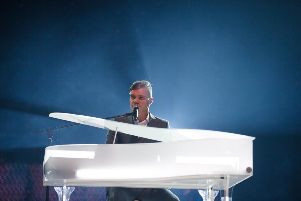 Saku Suurhalli Jõulugalal laskus Ott Lepland publiku ette valge klaveriga otse Suurhalli laest