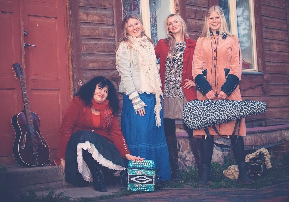 """Ansambel Naised köögis avaldas uue räpivõtmes singli """"Aasta Ema"""""""