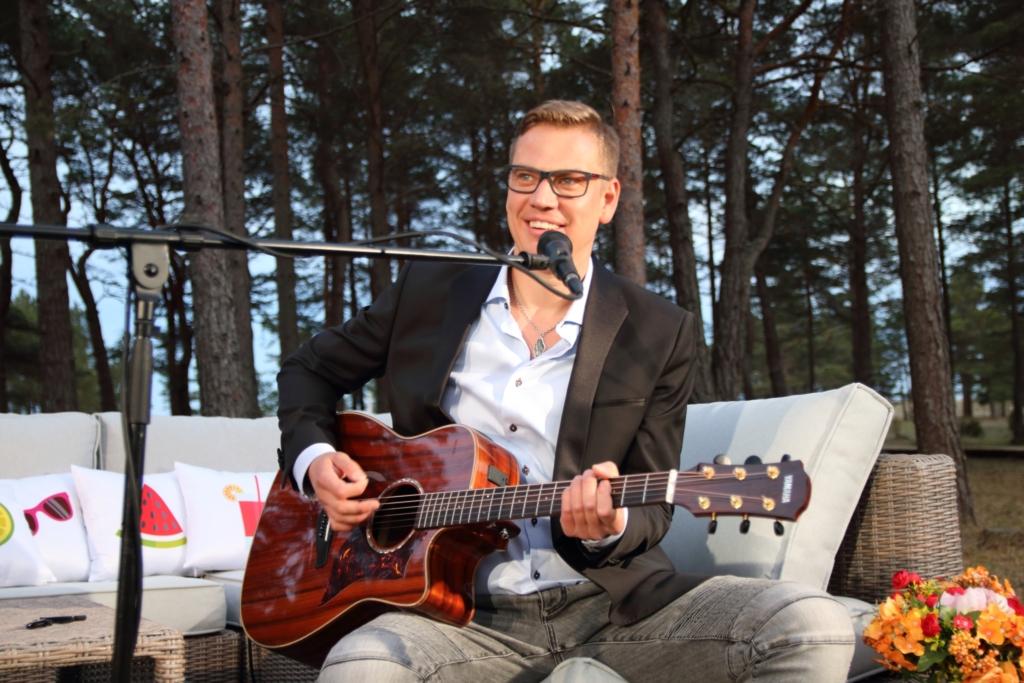 """Video! Telesaade """"Suvestuudio"""" esitles Alen Veziko laulu """"Päikesepoolsel tänaval"""" videot"""