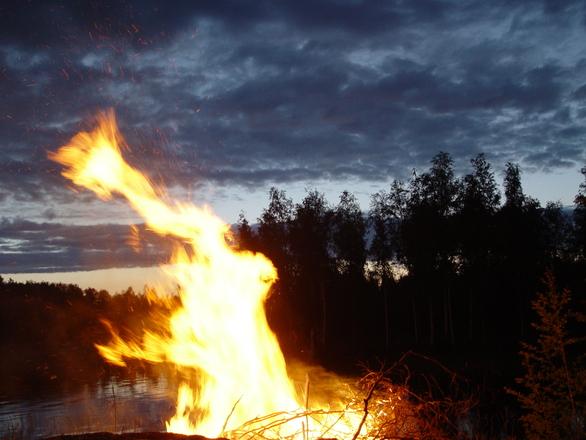 VIDEO! Mis on eestlaste lemmiklaul jaanilõkke ääres?