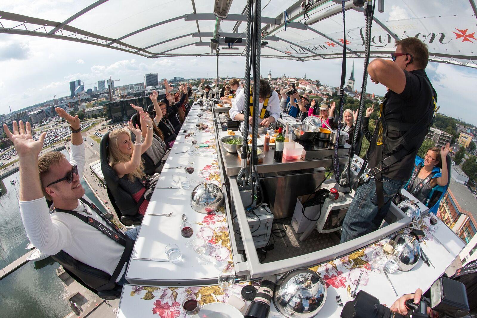 VIDEO! Laupäeval alustaval Dinner in the Sky'l esinevad Mick Pedaja, Tõnu Timm ja Anett Kulbin