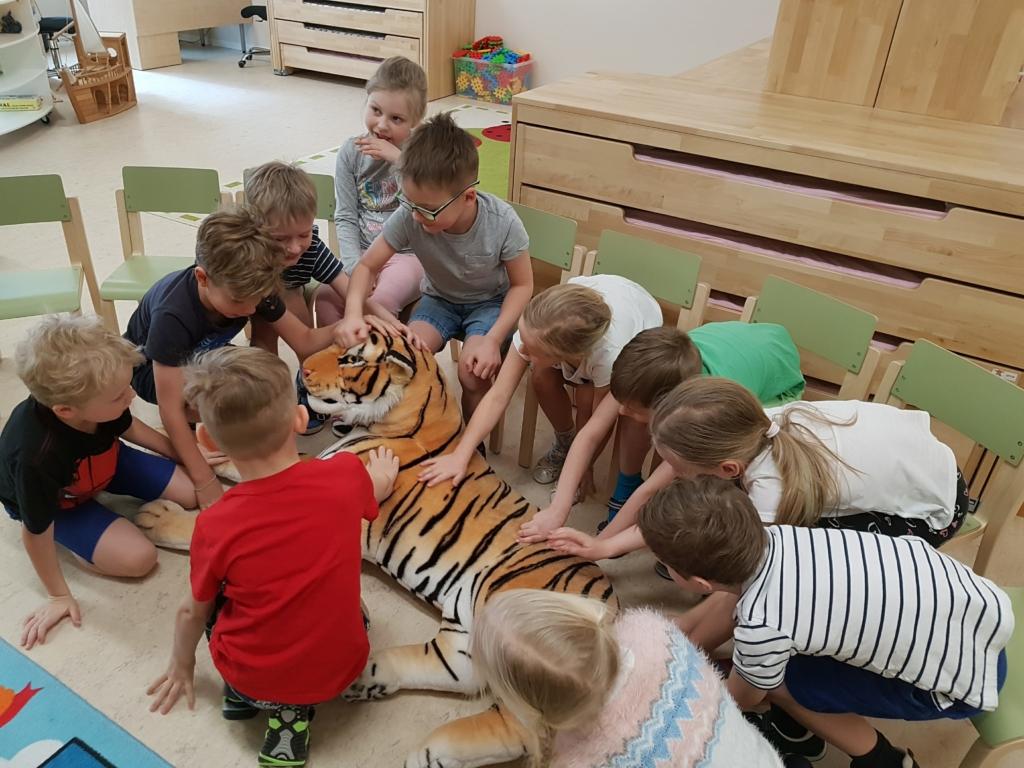 VIDEO! Lapsed räägivad tiigrist enda sees ja väljas