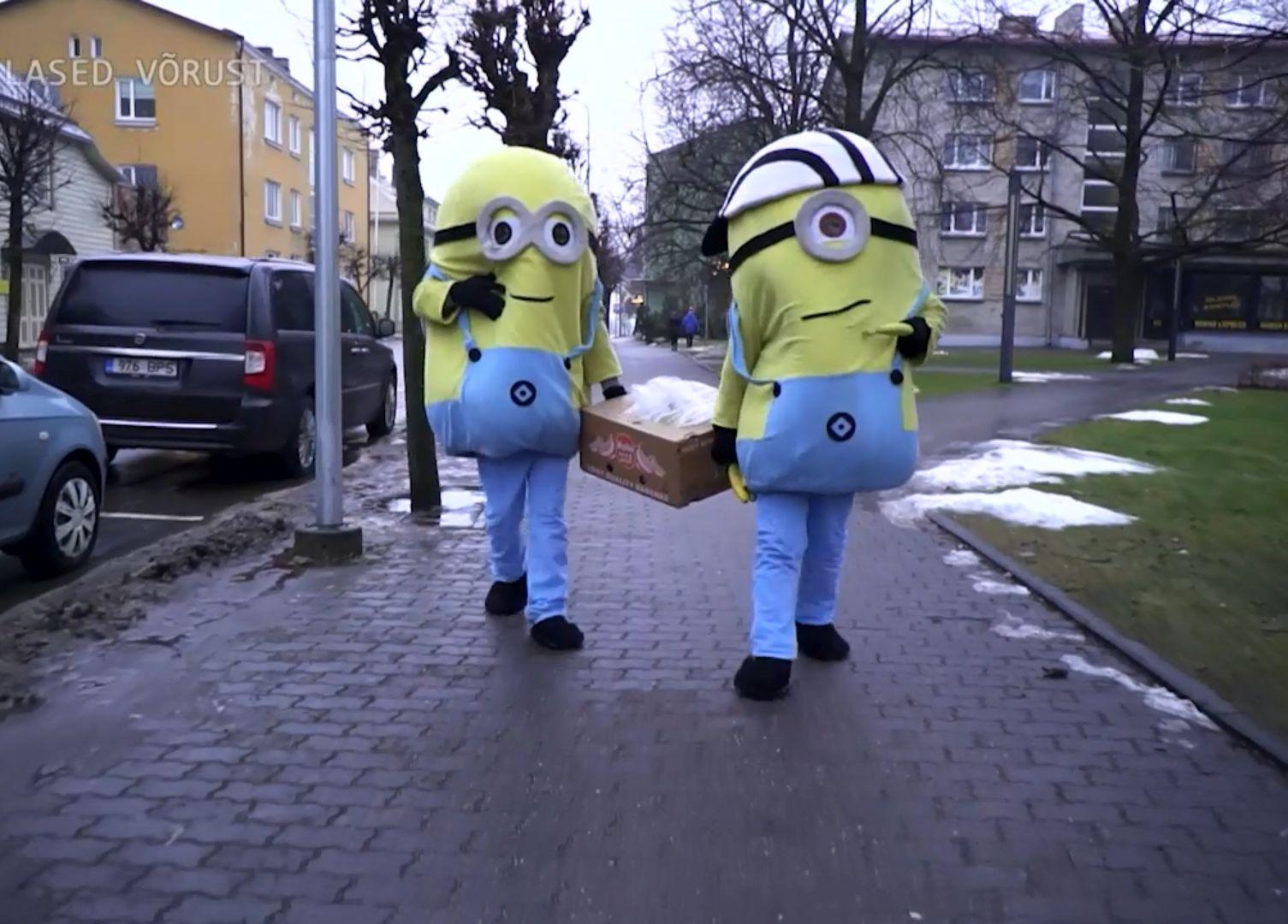 """Tänases """"Üllata Eestit"""" saates: Eesti mehed riietavad end käsilasteks ja jagavad tänaval banaane!"""