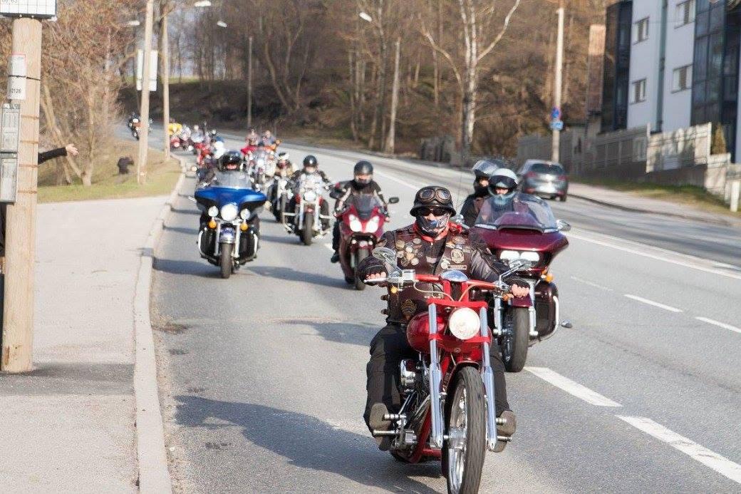 Venemaa motokaskadöör Andrei Kuzmin annab Rocca al Mare parklas tsiklietenduse