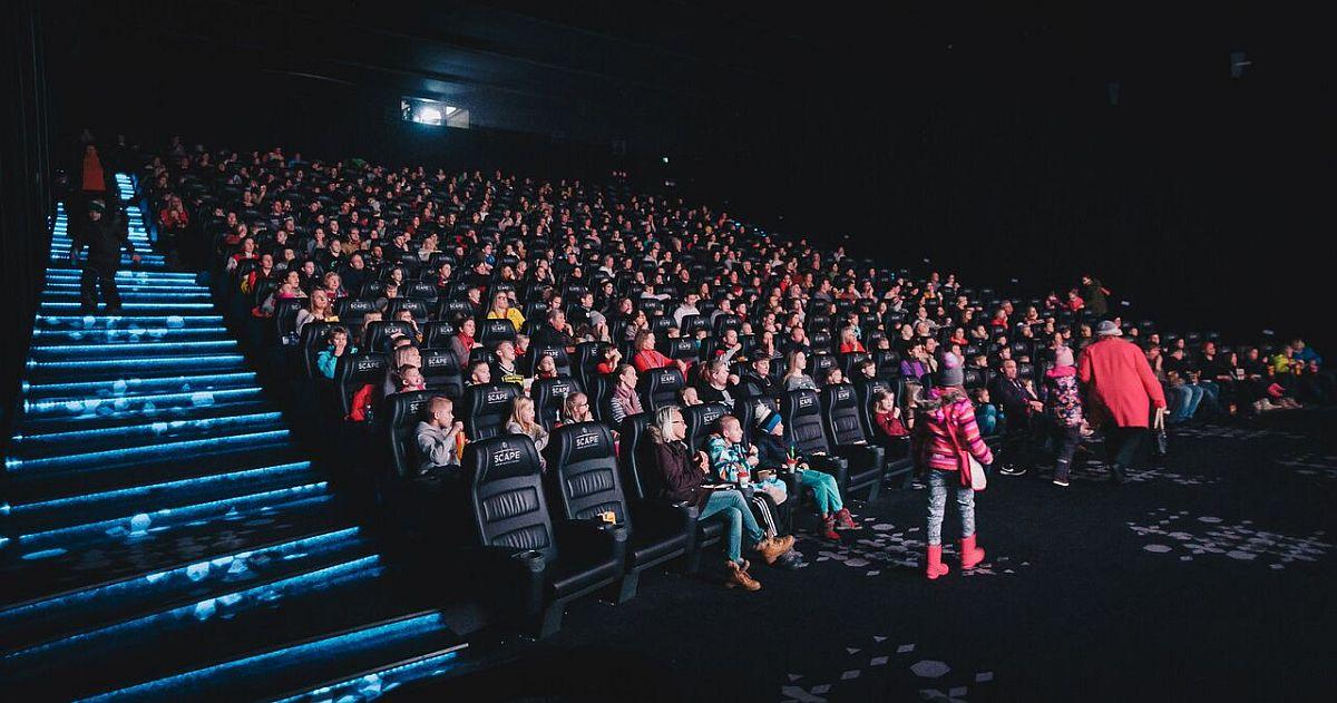 Fotod! Lasterikaste Perede Liit ja Forum Cinemas kutsusid Tallinna, Tartu ja Viljandi kinodesse 775 suurperede liiget