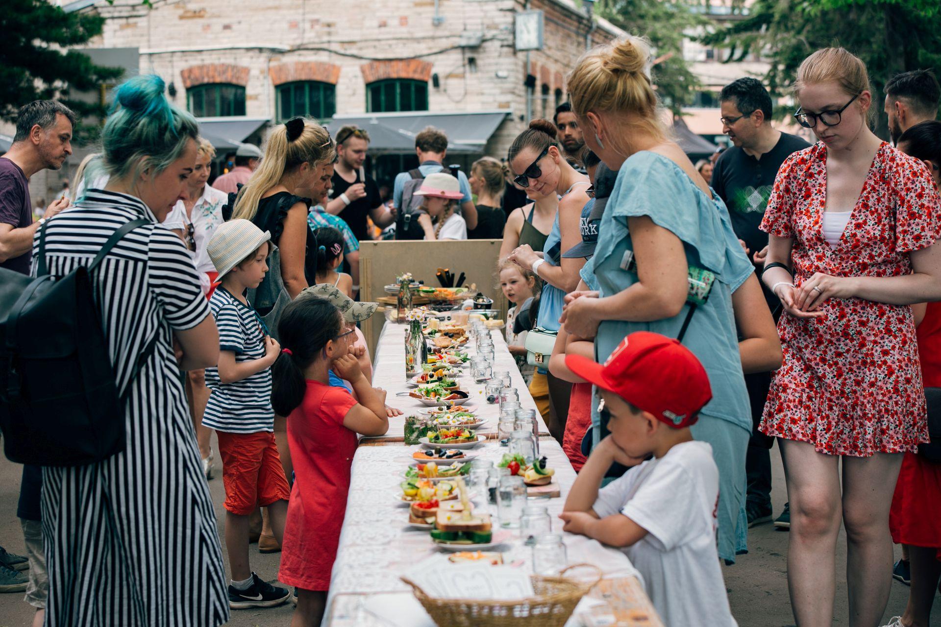 GALERII! Vaata, kes nautisid eile alanud Tallinna Tänavatoidufestivali toidu- ja muusikamenüüd