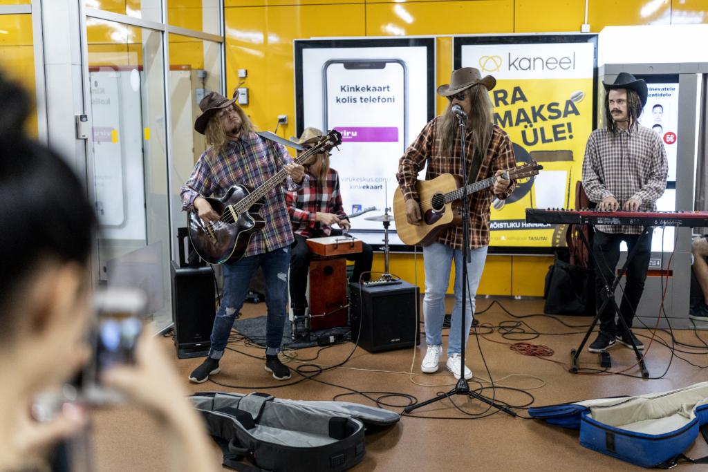 VIDEO I Tanel Padar ja tema bänd maskeerus bussiterminalis kantrimeesteks ja andis vägeva kontserdi!
