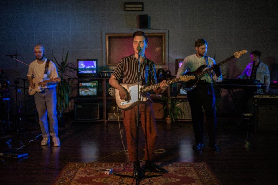 Erinevate Tubade Klubis esineb Venemaa bänd Impedance