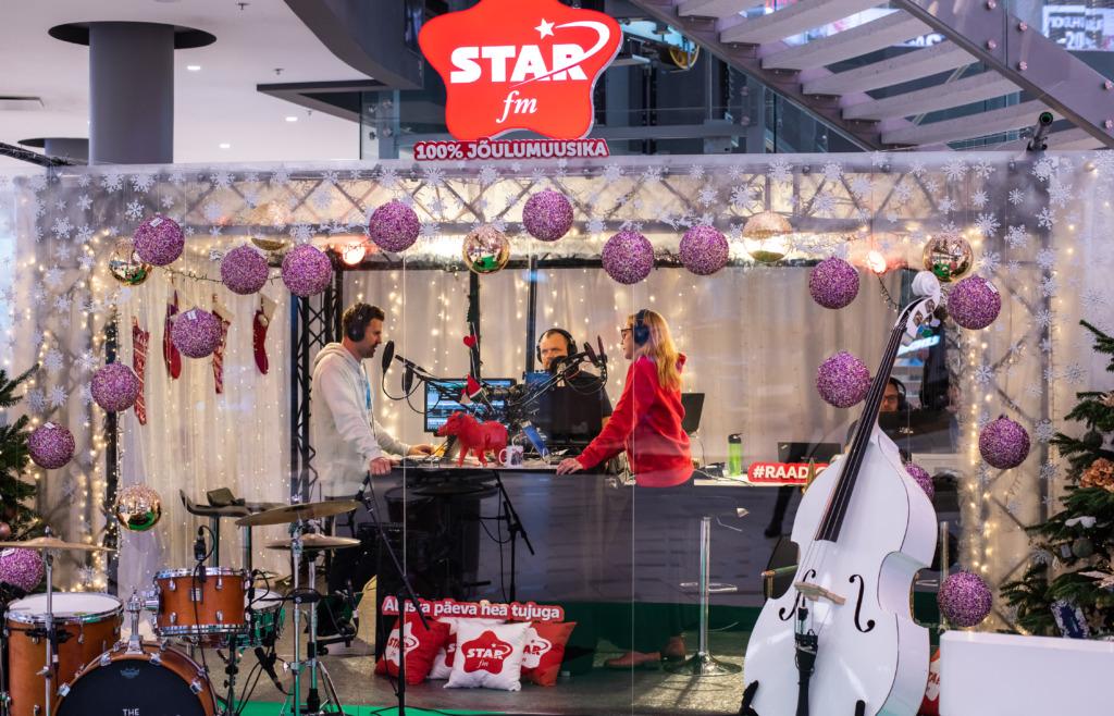 jõulumuusika saatejuhid stuudios eetris