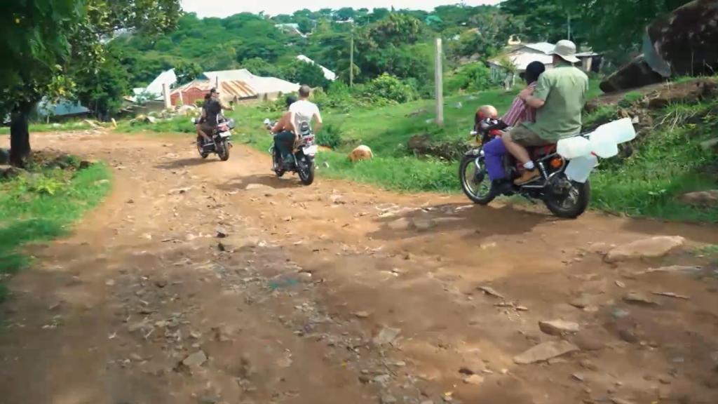 VIDEO I Kaks kanget teevad Tansaanias kaasa pöörasel motosafaril: täitsa põrgu on lahti!